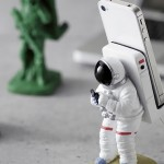 the gadget flow Astronauts Phone Stand 2